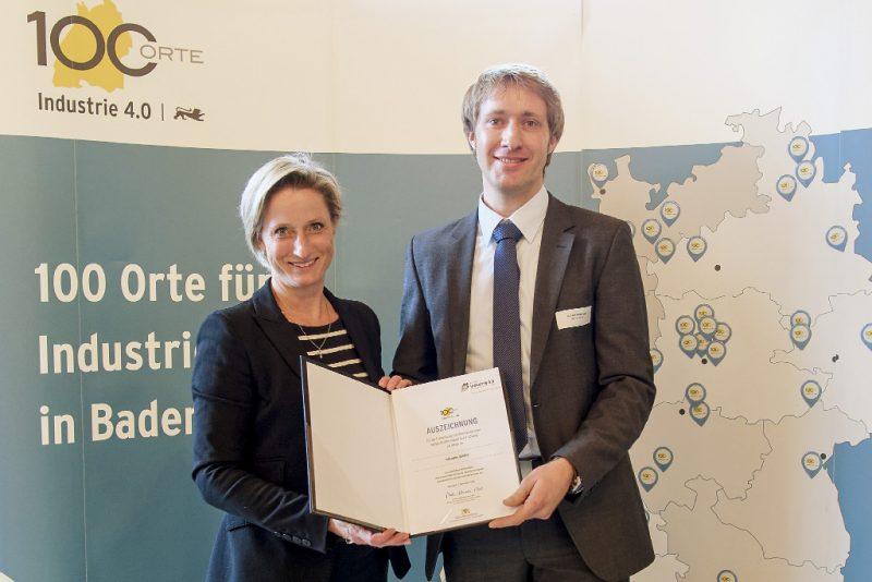 Übergabe der Auszeichnung durch Ministerin Dr. Nicole Hoffmeister-Kraut (Quelle: Martin Storz / Graffiti)